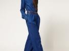 Темно-синий джинсовый комбинезон и каблуки