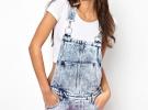 Короткий джинсовый комбинезон-шорты с белой футболкой