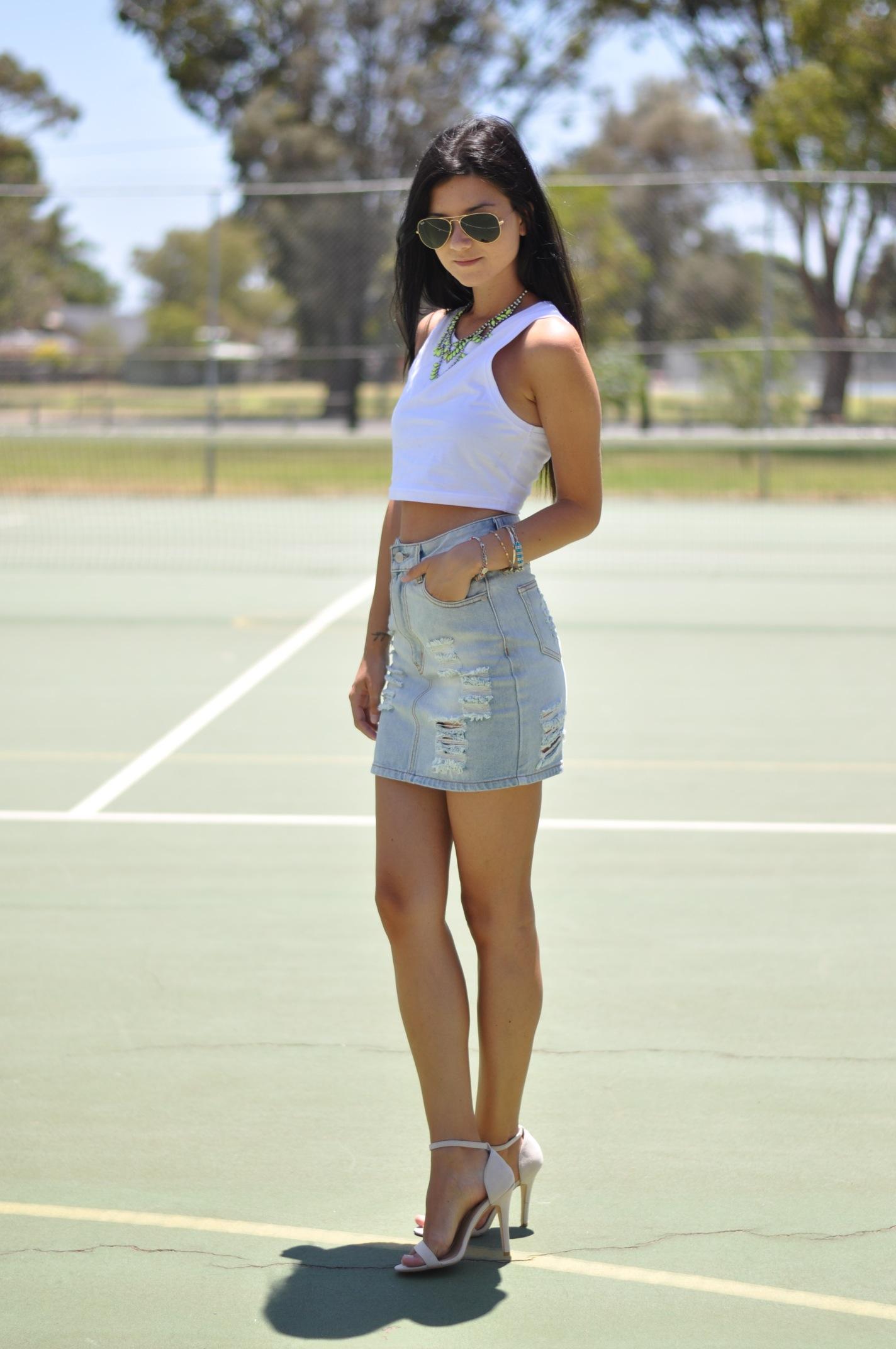 Девушка в короткой джинмовой юбке фото 310-700