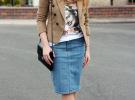 джинсовая юбка с белой футболкой и коричневым пиджаком