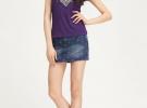 джинсовая юбка с фиолетовой футболкой с принтом