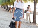 джинсовая юбка с потертостями и белая рубашка