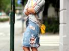 джинсовая юбка с потертостями и серая кофта