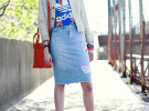 джинсовая юбка с ярким цветным топом