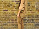 красные туфли и светло-коричневые брюки