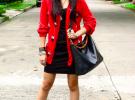 короткое черное платье с красными туфлями