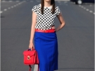 синяя юбка с красными туфлями