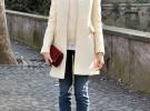красные туфли и светлое пальто