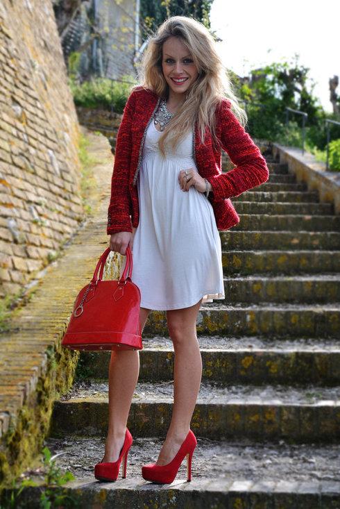 Белое платье и красные аксессуары