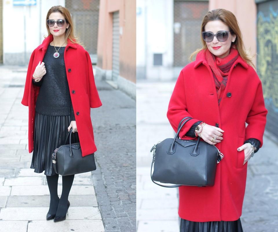 Красное пальто с сумкой